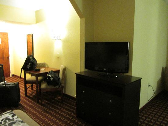 Sleep Inn Ft. Lauderdale International Airport: TV and small table - room 302