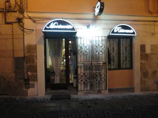 Montecristo: Esterno del ristorante su una via della città vecchia