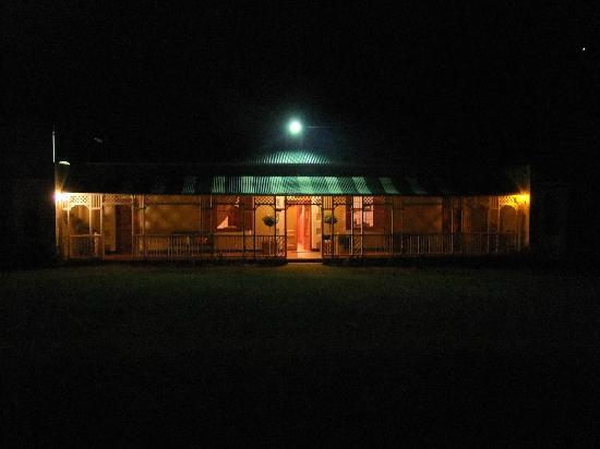 De Denne Country Guest House: la casa principale di sera