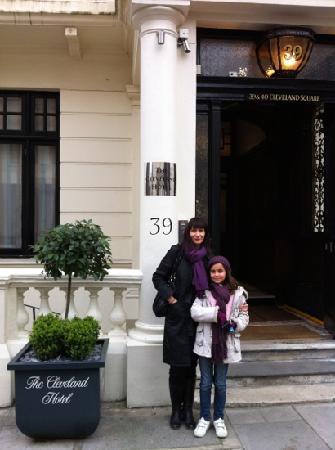 The Cleveland: En la puerta del Hotel