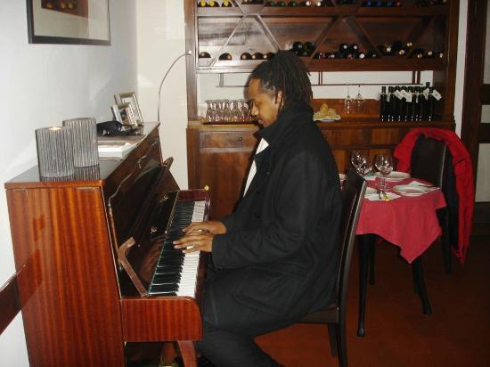 โรงแรมชาเลสตัน: Un ospite dell'hotel ci ha regalato un po' di ottima musica.