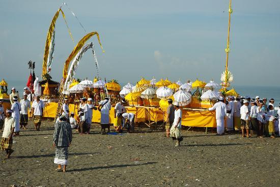 Bali Wisata Bungalows: Zeremonie am Strand neben dem Hotel