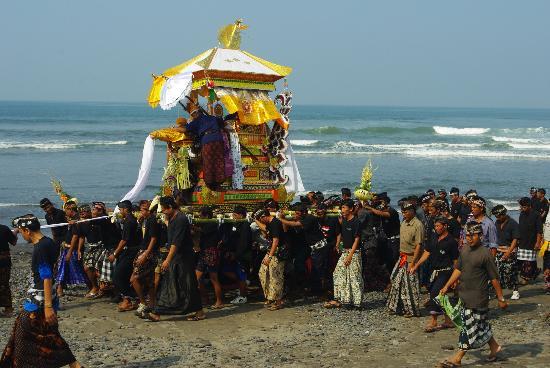 Bali Wisata Bungalows: Verbrennungszeremonie am Strand von Yeh Gangga