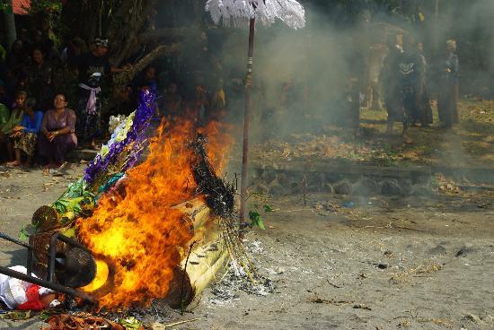 Bali Wisata Bungalows: Verbrennung am Strand neben dem Hotel