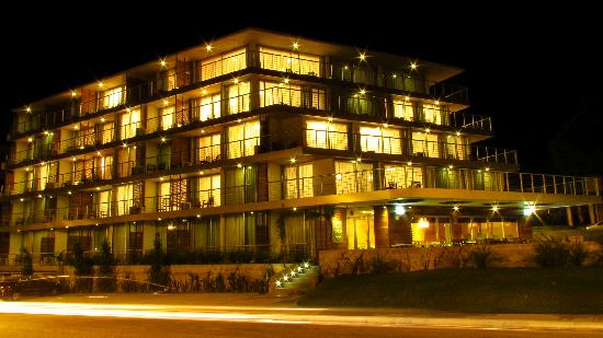 Costa Colonia Riverside Boutique Hotel: Fachada Nocturna