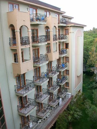Jacaranda Club & Resort: Hotel Seitenansicht