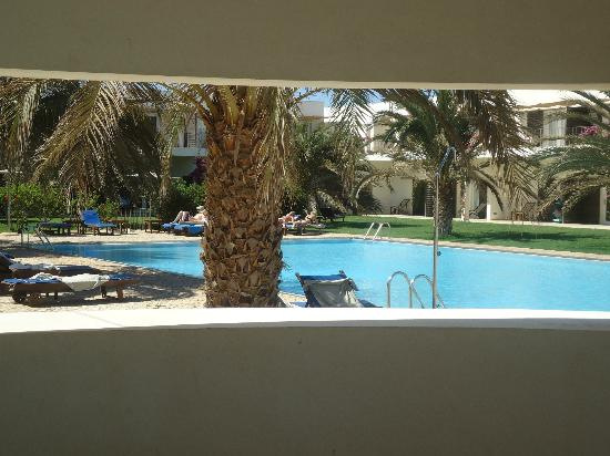 Hotel Dunas de Sal: a view from the bar to the pool area
