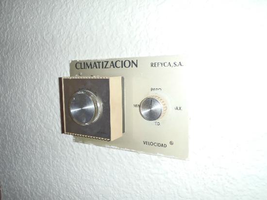 """Hotel Zaragoza Royal: Mandos de la climatización. Algo """"vintage"""""""