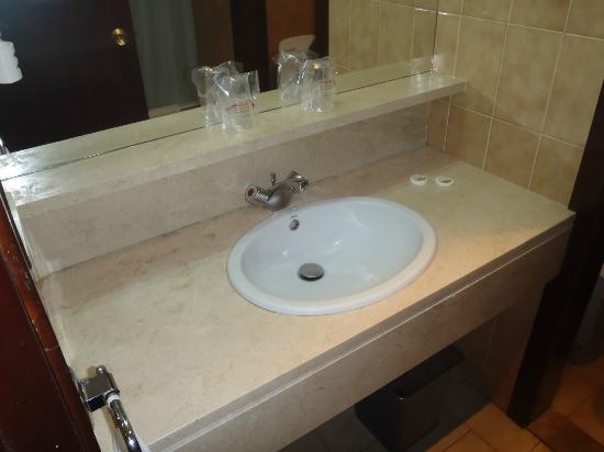 Hotel Zaragoza Royal: Baño mas que correcto