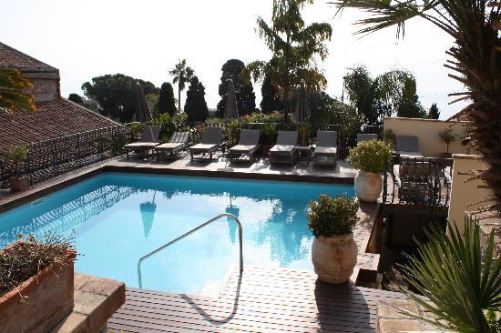 Hotel Villa Carlotta: Pool and deck area