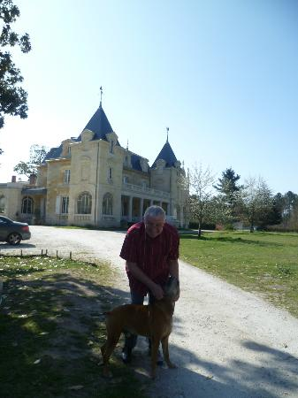 Chambres d'hotes du Chateau de Leognan : With the GUARD!?! Dog