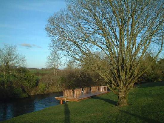Ardilaun Guesthouse: Fishing Deck on River Fergus