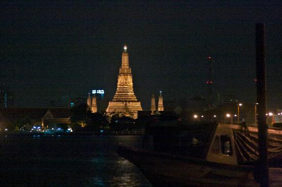 Ibrik Resort by the River: Le Wat Arun, de nuit