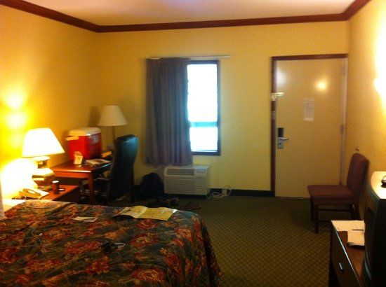 Quality Inn Asheville Downtown Tunnel Road: older furnishings but super clean. lots of room to spread out.