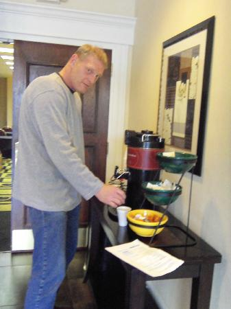 La Quinta Inn & Suites Baltimore South Glen Burnie: coffe in lobby