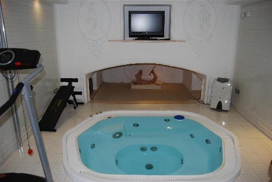 Hotel Opera Roma: Hotel Opera Whirlpool Tub