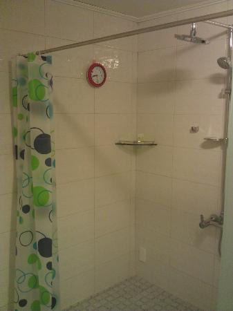CnC Hotel : Massive shower with large head and HOT water