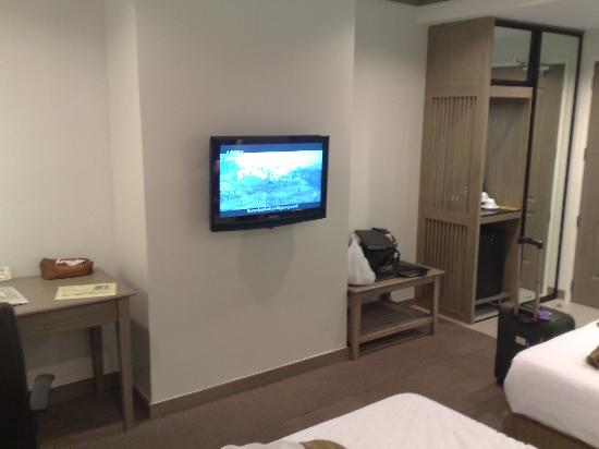 Magallanes Square Hotel: An LCD TV is posted at the walls, there is also a desk where you can do work if necessary