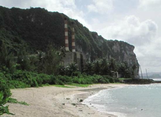 Tanguisson Beach: 煙突がそびえ立ってます