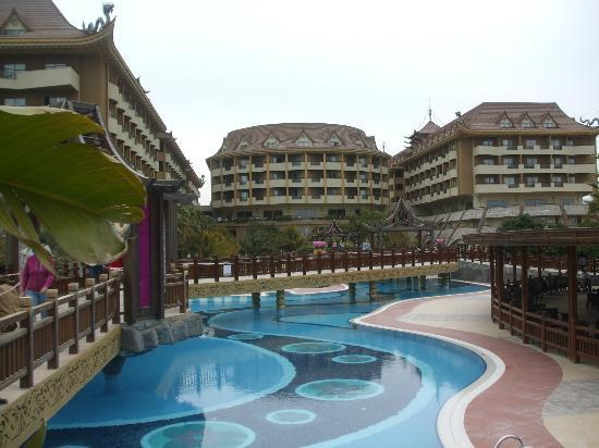 Royal Dragon Hotel : Pool area