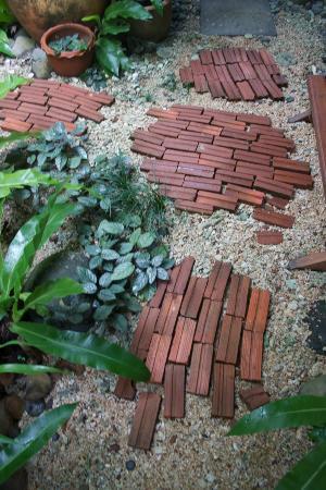 Shantaa Koh Kood: Pavage en briques sur graviers, à la salle de bains