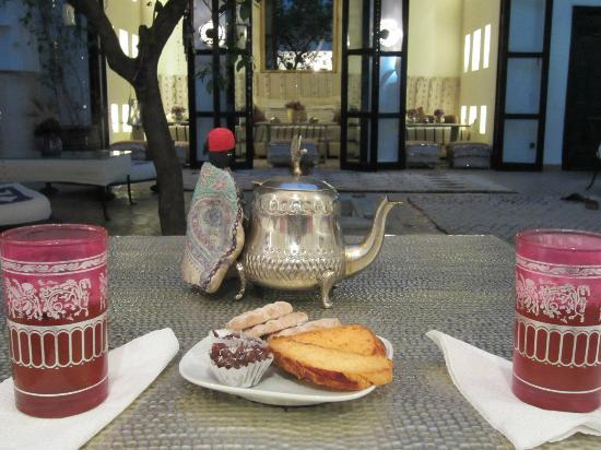Dar Charkia: Welcomed with mint tea in the courtyard