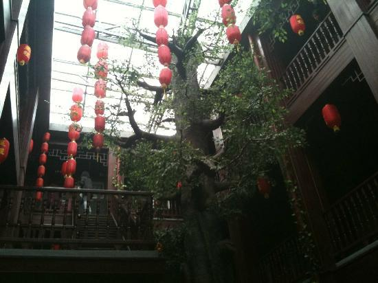 Starway Hotel Pichaiyuan Courtyard: View from reception on the ground floor.