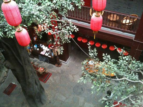 Starway Hotel Pichaiyuan Courtyard: View from 3rd floor looking down to reception area.