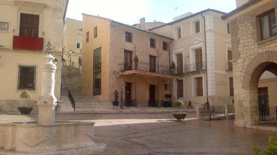 Rural Hotel Restaurant La Fasana: fachada del hotel rural desde bajo de la calle