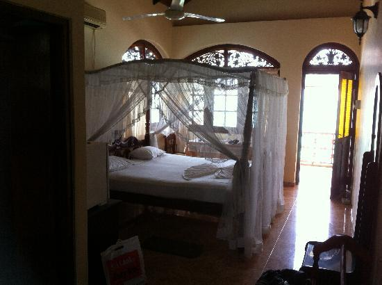 Hotel Dhammika: Top floor room
