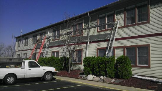 Econo Lodge & Suites: My window was the one all the way to the right on top. There were people standing on the scafffo