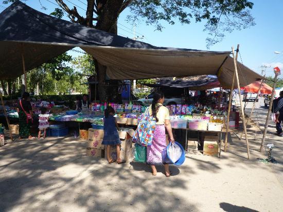 Chiang Dao Rainbow: Local market in Chiang Dao