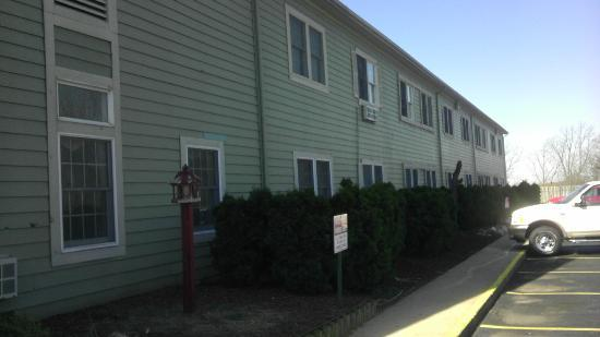 Econo Lodge & Suites: The sid eof the building they SHOULD have put us on...
