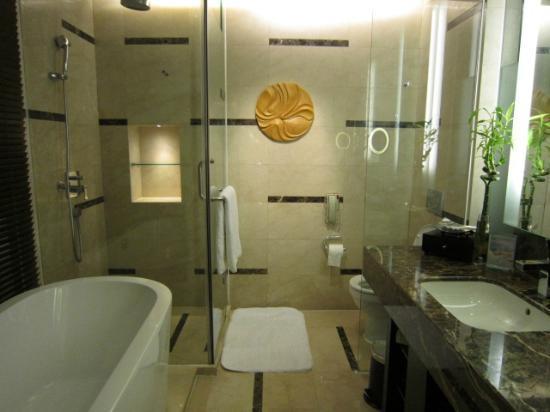 อินเตอร์คอนทิเน็นทอล ควิงดาว โฮเต็ล: Bathroom