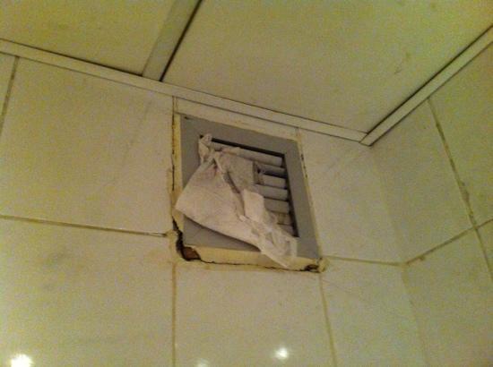 Queens Valley Hotel Luxor: bathroom duct