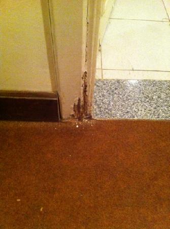 Queens Valley Hotel Luxor: bathroom door frame