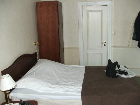 Hotel Kong Carl: door giving onto bathroom