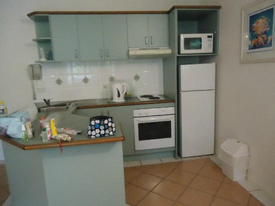 Palm Cove Tropic Apartments: Kitchen area
