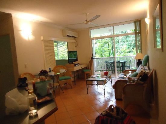 Palm Cove Tropic Apartments : Lounge inside apartment