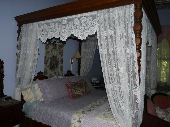 Ehrhardt Hall Bed and Breakfast Inn: Nice 4 poster bed