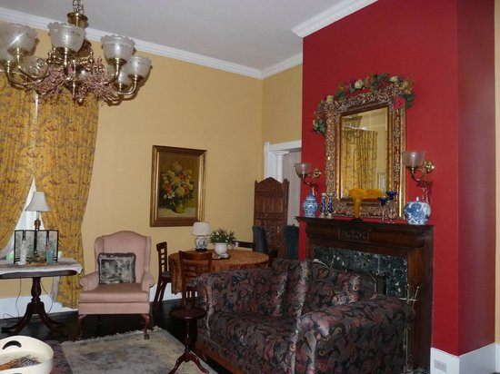 Ehrhardt Hall Bed and Breakfast Inn: Living Room