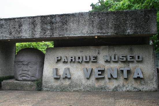 Foto De Parque Museo La Venta Villahermosa: Foto De Parque Museo La Venta, Villahermosa: Dahinter
