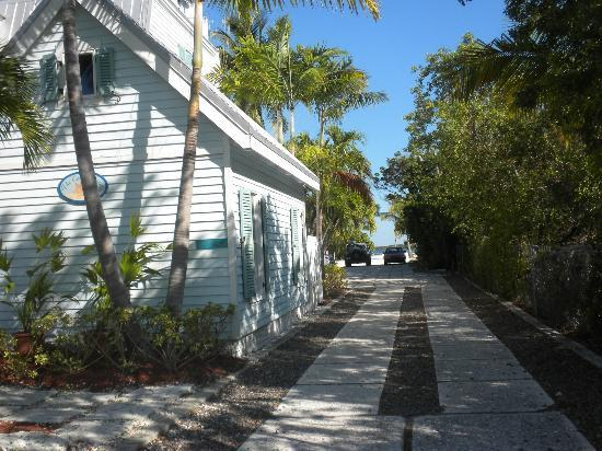 Tarpon Flats Inn: The driveway to the parking area
