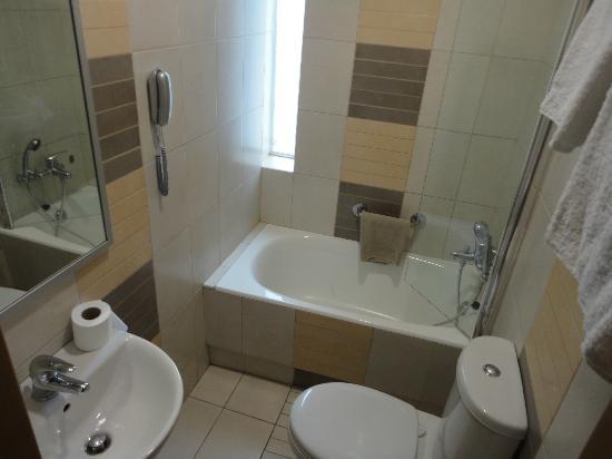 Crystal City Hotel : bathroom