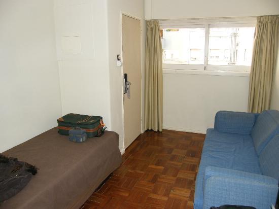 Lisboa Central Park : Ingresso della stanza con finestre che danno sul ballatoio e sul cortile interno.