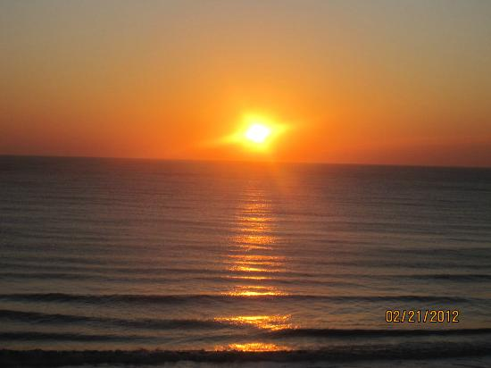 Econo Lodge Oceanfront: Sunrise on first morning