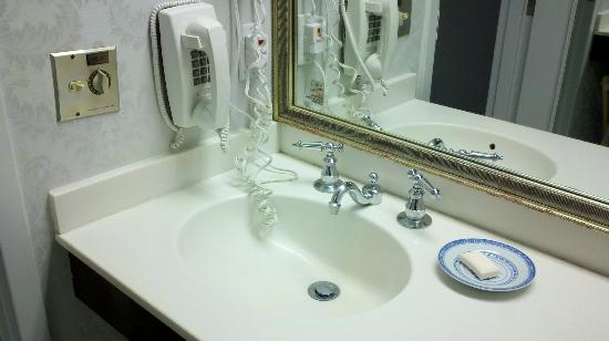 Avon Old Farms Hotel: Old-style telephone adds to dangling cords in the sink.