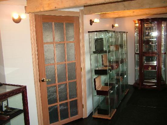 Maison Habanera Cigars: Diplay humidors section