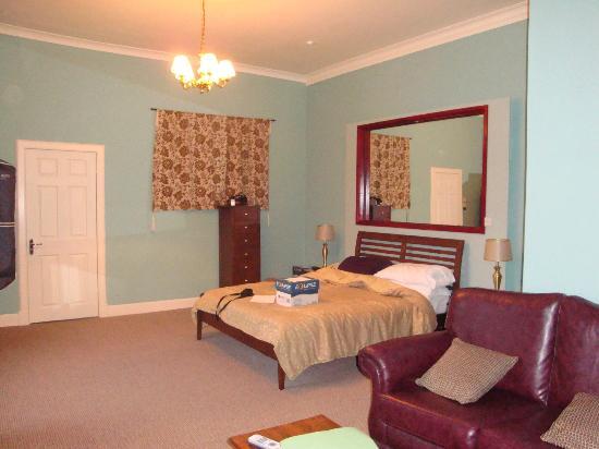هيتلاند هول هوتل: Executive bedroom with en-suite shower room.