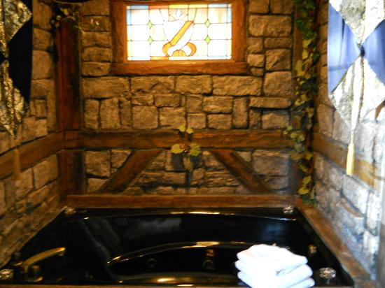 Castle Wood Theme Cottages: the grand hot tub with jets